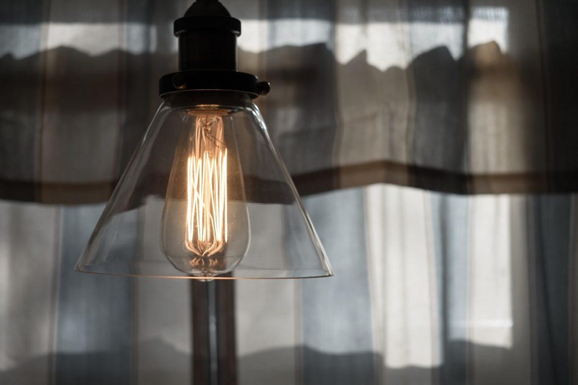 Elektřina zdražuje. Jak za ni ušetřit? Odbourejte zlozvyky